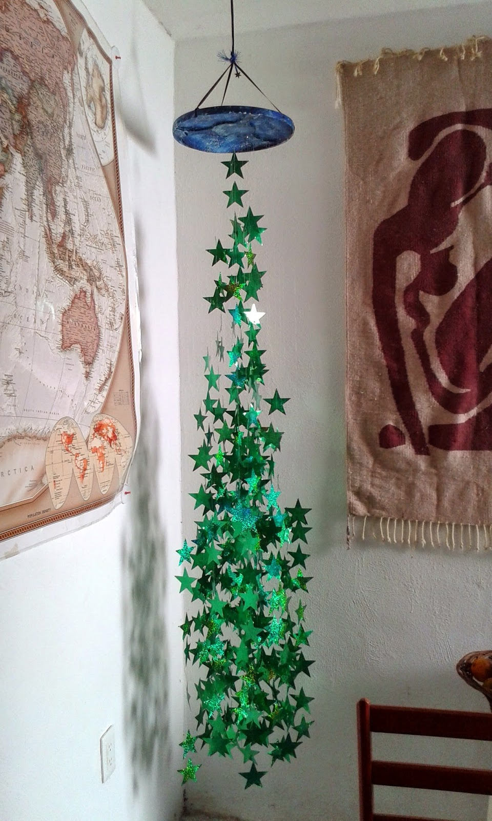 Manualidades y navidad pino colgante con estrellas for Colgantes para arbol de navidad