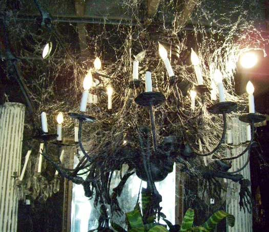http://3.bp.blogspot.com/-VqJ71jePQV4/UHTs-P_1xWI/AAAAAAAABz0/z1rf1x8mlQI/s1600/Lighting-Halloween-Decorating-Ideas.jpg