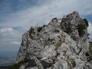 Am Grat; links hinten das Gipfelkreuz des Ettaler Manndl