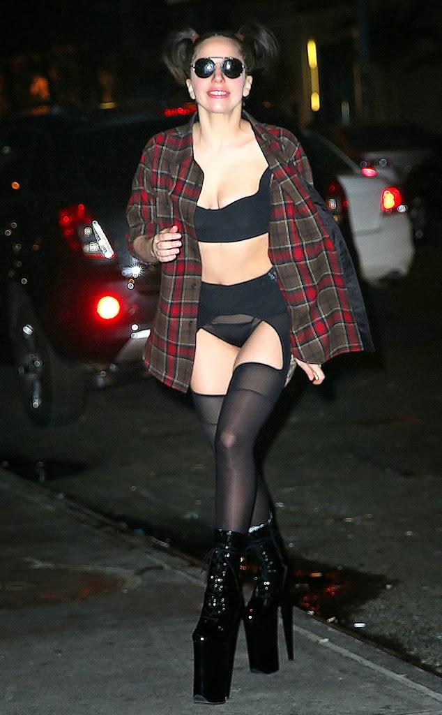 Lady Gaga se luce trajes ridículos