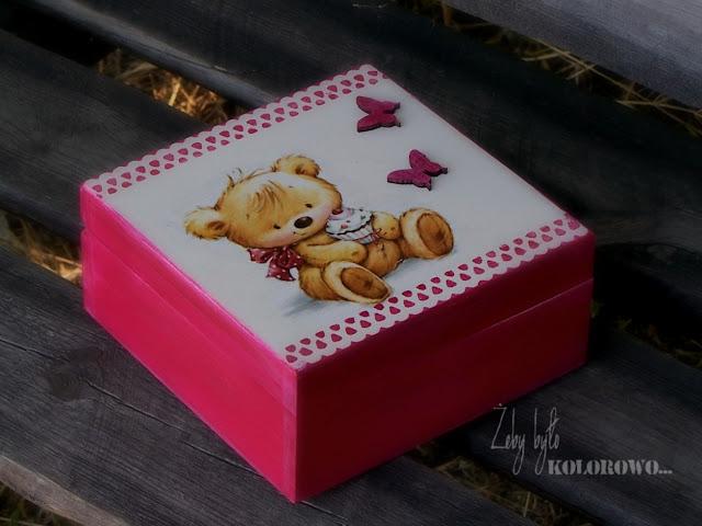 różowe pudełko z misiem