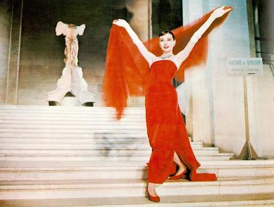 audrey-hepburn-cara-con-angel-vestido-rojo-givenchy