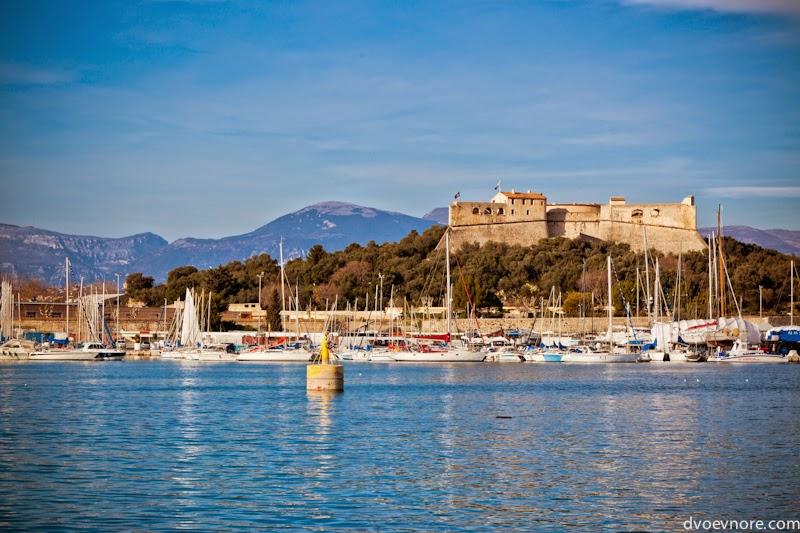 Вид на крепость города Антиб, Лазурный берег, Франция. Antibes, Cote d'Azur, France view