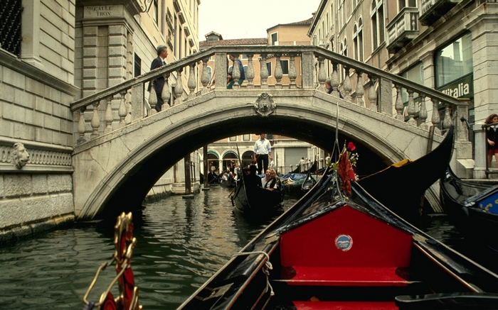 Fashion blog red sonja Venice gondola ride