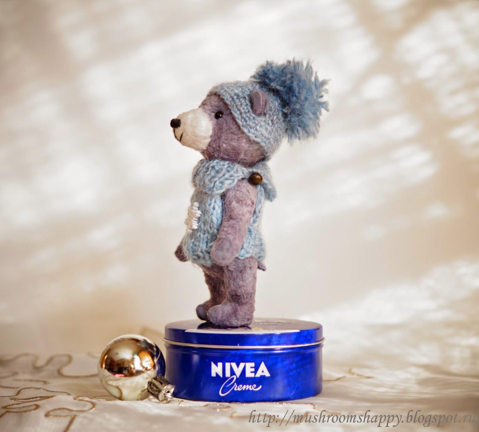 медведь тедди, вязаная шапочка, голубой вязаный свитер