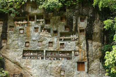 Kompleks Makam Di Tebing Batu Toraja