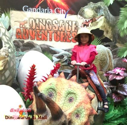 menaiki dinosaurus dimana??