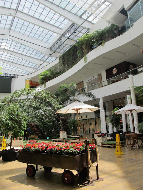 Centro Comercial Shopping Center El Tesoro parque e compras em Medellin Antioquia Colombia with kids
