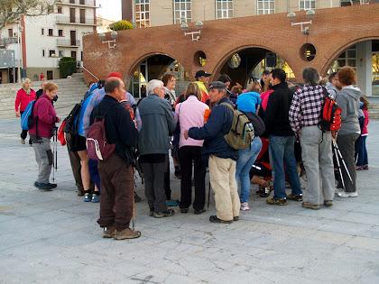 Caminants fent les inscripcions a la Plaça Nova o Plaça del Set i Mig de Puig-reig