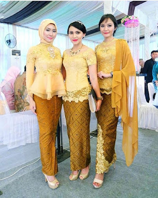 kebaya broklat kuning dengan rok batik panjang
