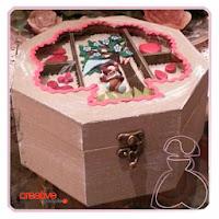Detalle del cierre de la cajita-joyero de madera decorada a mano por Sylvia Lopez Morant