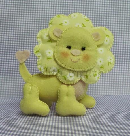 Leãozinho em feltro e tecido para decoração de quarto de bebê