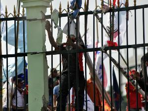 Contoh News Item Text : Protesters Breach House's Front Gate | www.belajarbahasainggris.us