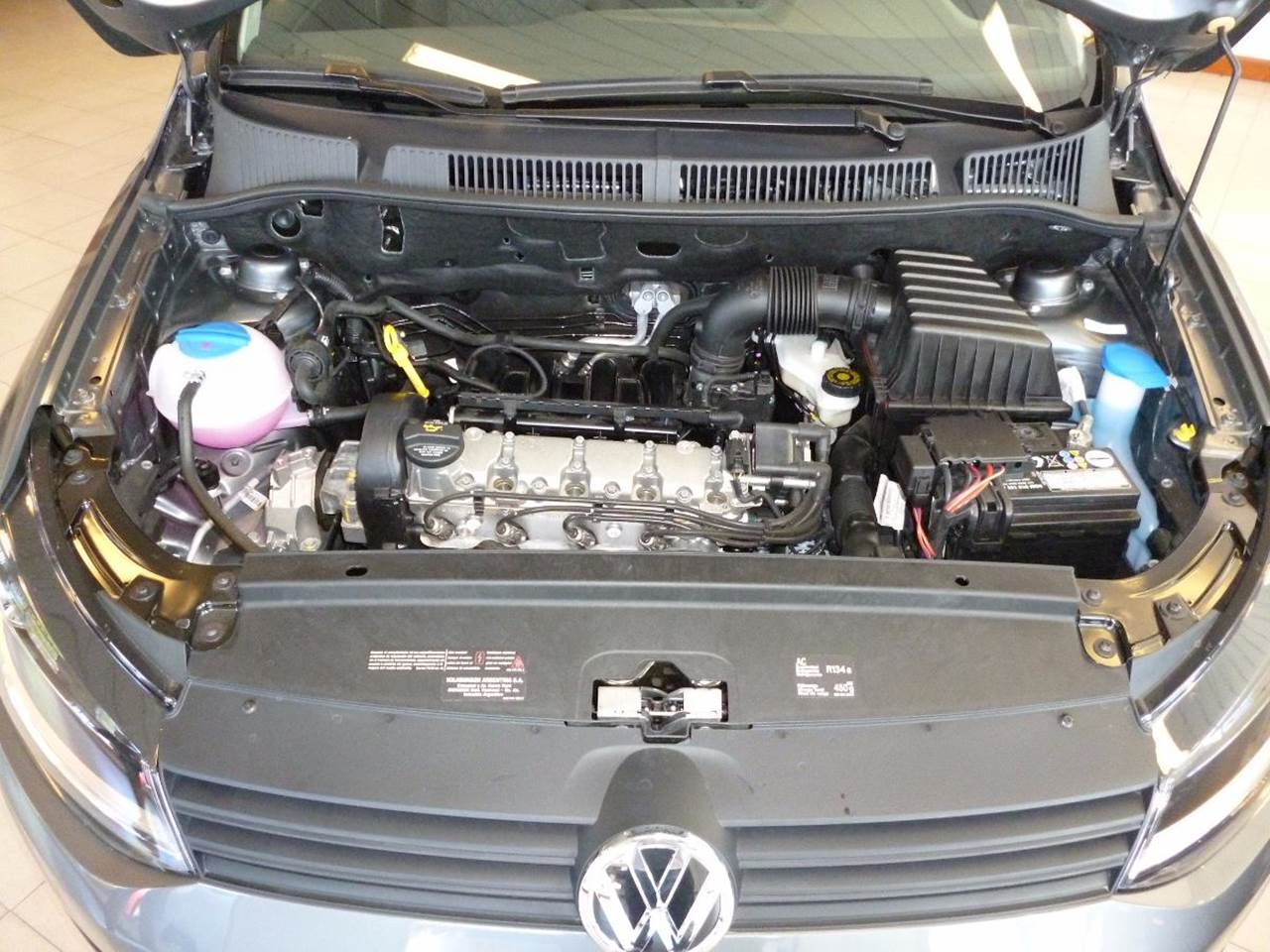 VW Golf 1.6 16V Trendline - compartimento do motor