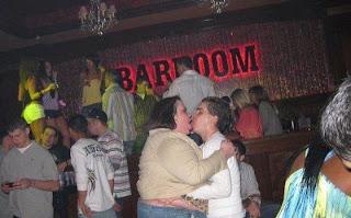 smešna slika: mladi par se ljubi u noćnom klubu