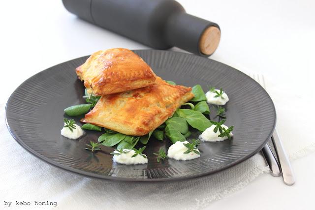 Blitzschnell gemachter Blätterteig... mit Sauerkraut gefüllte Hirtentaschen, ein deftiges Rezept aus dem Alpenraum vom Südtiroler Foodblog kebo homing, Rezept, Foodstyling, Fotografie...