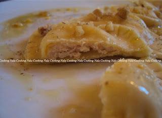 ravioli fatti in casa ripieni con salmone affumicato e ricotta spolverati di noci