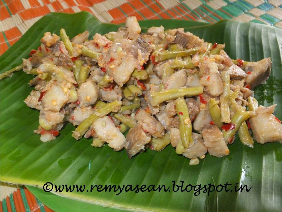 Pachakaya Achinga payar mezhukkupuratti/Raw plantain and  long beans stir fry
