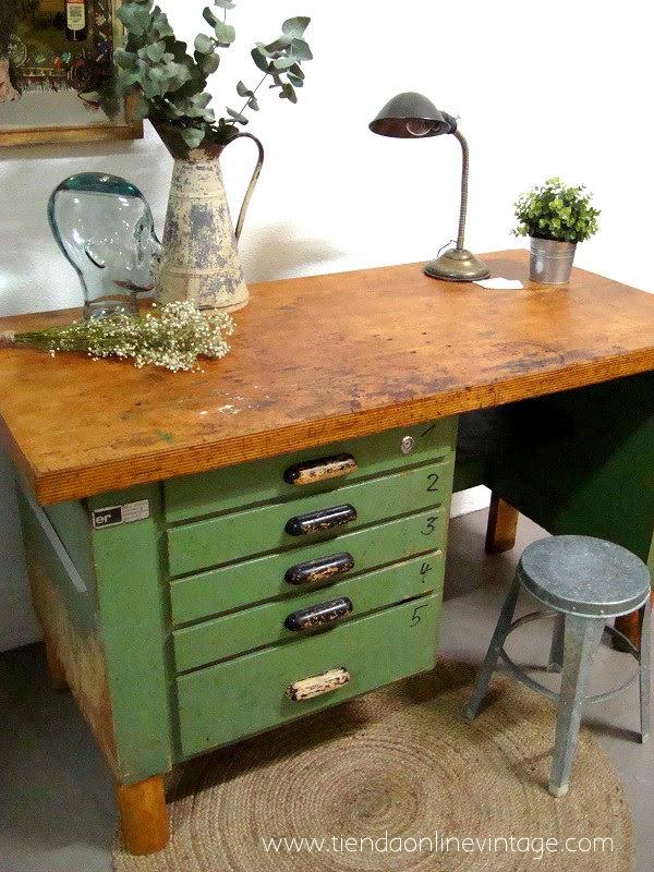 Mostradores antiguos estilo vintage industrial. Bancos de madera industriales