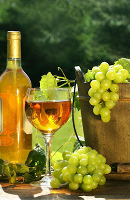 Botella, copa de vino y uvas verdes - White wine and green grapes