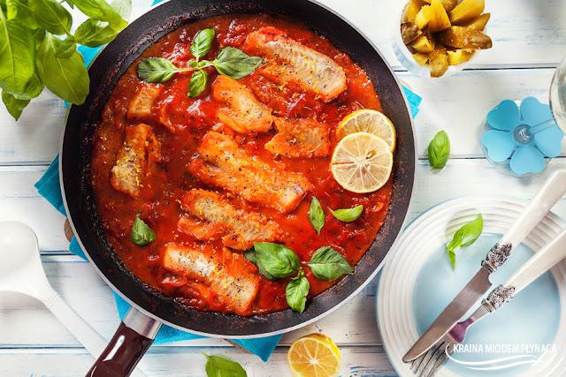 polędwica z mintaja w pomidorach, mintaj w pomidorach, ryba w pomidorach, ryba w sosie pomidorowym, mintaj w sosie pomidorowym, sposób na rybę, pomysł na rybę, mintaj z patelni, ryba z patelni, kraina miodem płynąca, dietetyczna ryba, dietetyczne danie, danie jednogarnkowe z rybą