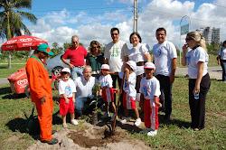Plantio de árvores nativas no parque Governador Augusto Franco