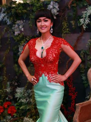 Baju Kebaya Wisuda Julia Perez Desain Anne Avantie