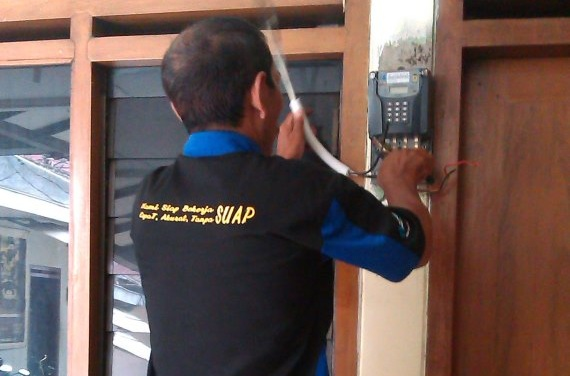Petugas PLN memasang Meteran