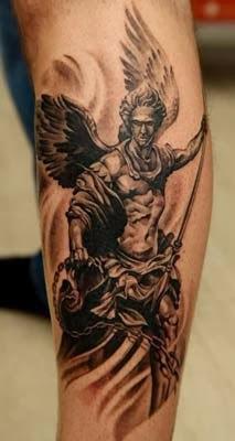 fotos de tatuagens de anjos guerreiros e arcanjos na perna
