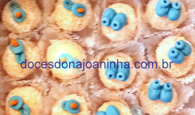 Brigadeiros, beijinhos e docinhos decorados para chá de bebê com mamadeira, patinho, chupeta, sapatinho, ursinhos