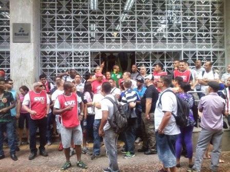 Vigilantes e sindicalistas fizeram barreira em frente à agência.  Foto: Josmar Leite/RBS TV
