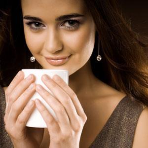 woman-drinking-tea - شرب كوبان من الشاى يوميا يزيدان من فرص الحمل والانجاب - امرأة تشرب شاى