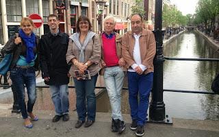Fotografia do grupo junto a um dos canais, em Amesterdão