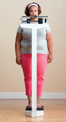 mulher-gorda-na-balanca-obesa-cor.jpg