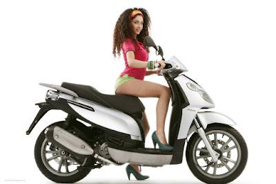 motos-mujeres-scooter-piaggio-wallpaper-morocha-naturaleza-ropa