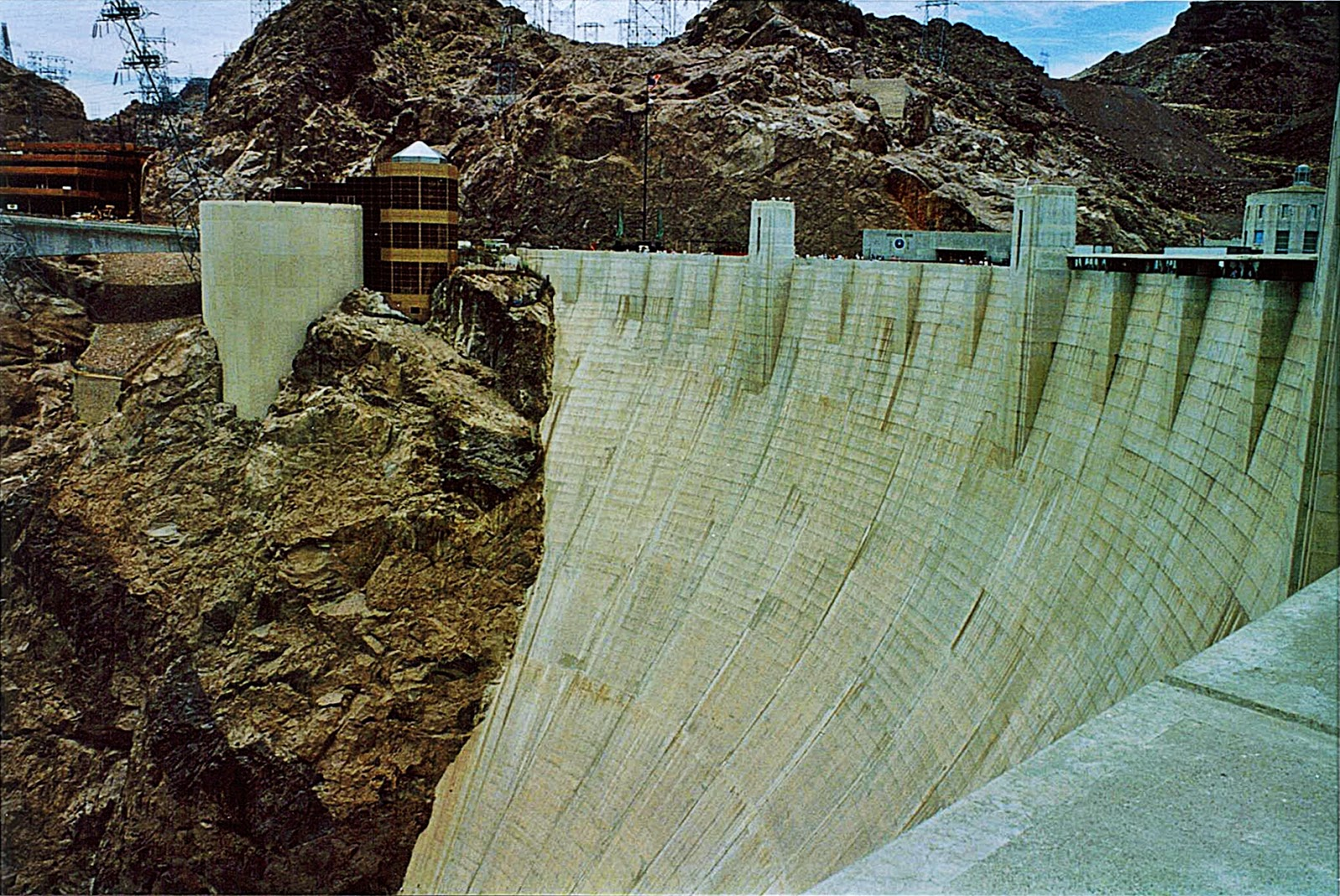 hoover dam overview An overview of hoover dam construction history with links to hoover dam information and articles of facts and human-interest insight.