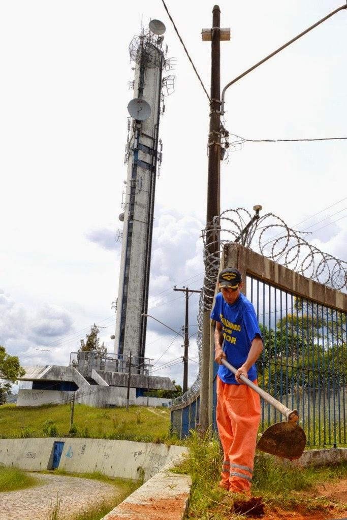 Manutenção de equipe da Prefeitura na Colina dos Mirantes, na Fazendinha