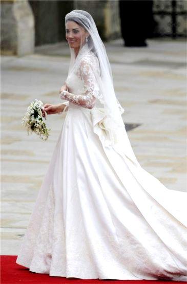 Foto de Kate Middletón con su vestido de novia antes de ingresar a la iglesia