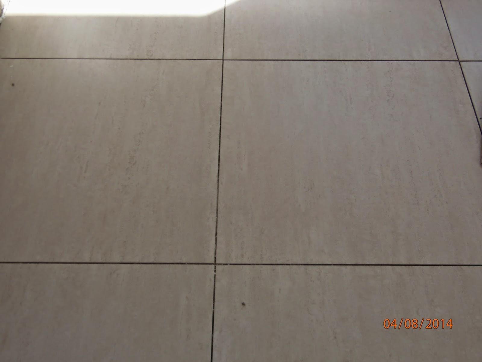 Porcelanato da cozinha 62x62 esmaltado (ainda sem rejunte e sujo) #B1511A 1600x1200 Banheiro Branco Com Rejunte Cinza