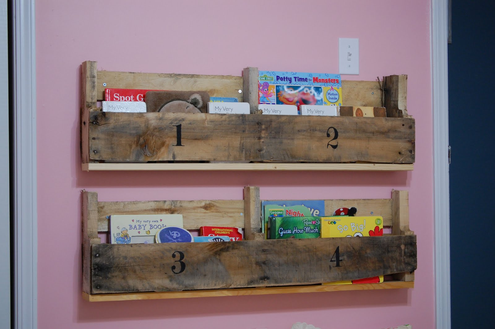 Creative Outlets Of A Thrifty Minded Momma Wooden Pallet Bookshelf