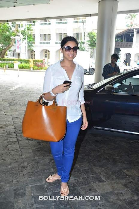 Parineeti chopra at mumbai airport after returning from iifa 2012  - Parineeti chopra White top blue jeans - returning from IIFA