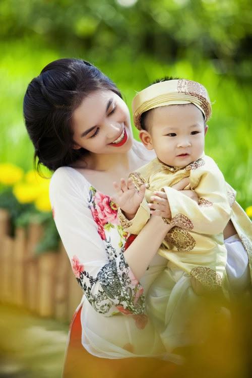 Ngọc Trinh đón xuân cùng áo dài dịu dạng đằm thắm