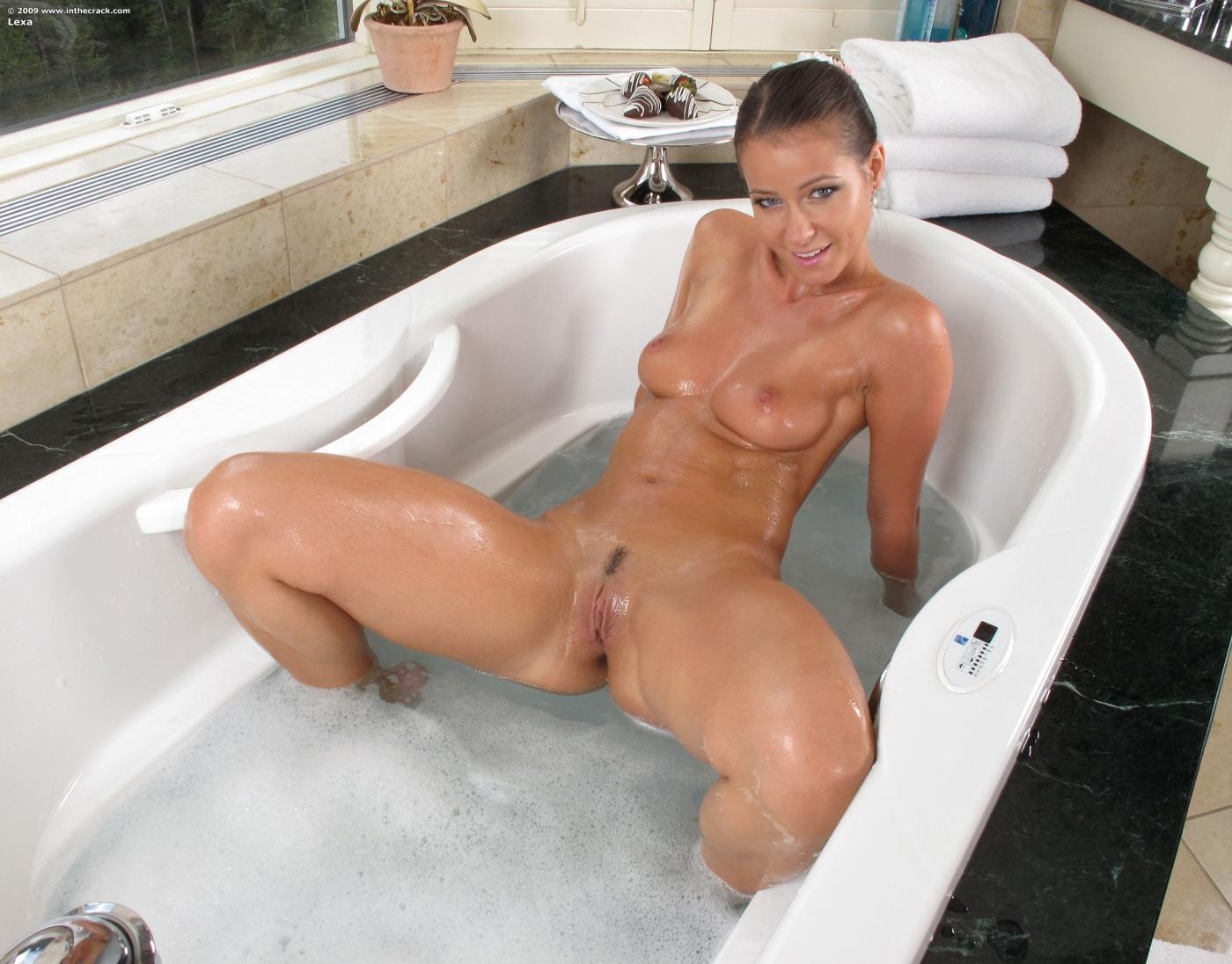 Melissa Mendiny Uma Morena Mostrando A Buceta No Banho