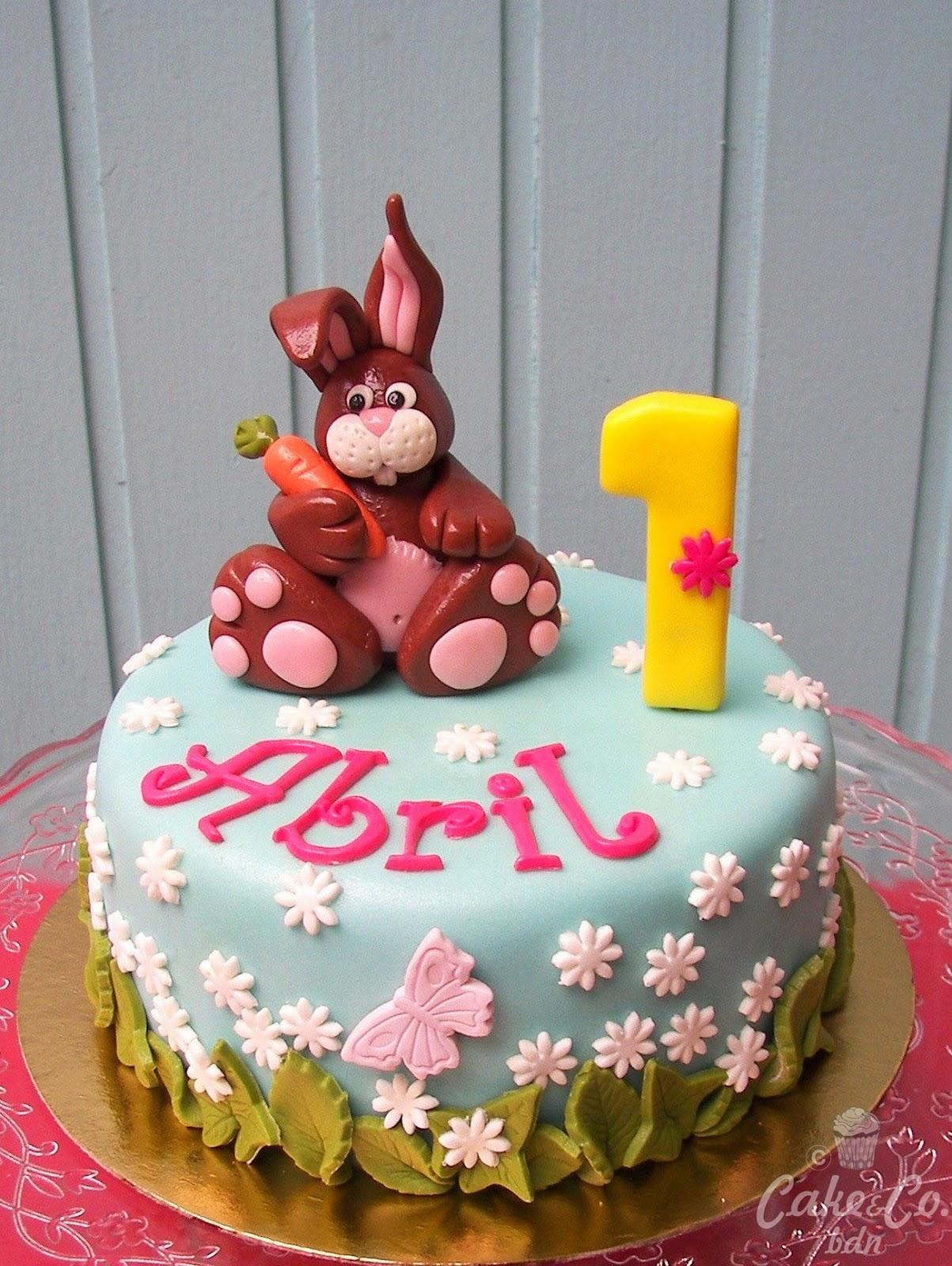 aqu tenis la primera tarta fondant de esta semana para abril que cumple un aito un jardn primaveral flores mariposa hojas y conejo incluido