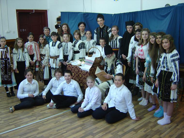 2013 - Participantii la spectacolul folcloric: Caloianul si Paparudele