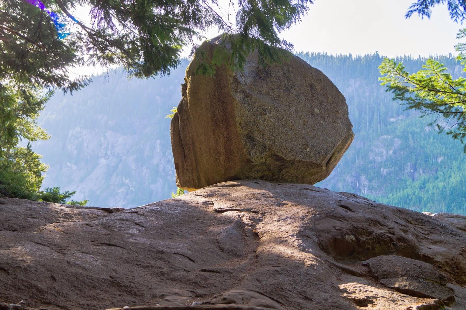 По пути можно полюбоваться осколком скалы, перенесённый на настоящее место льдами во времена ледникового периода.