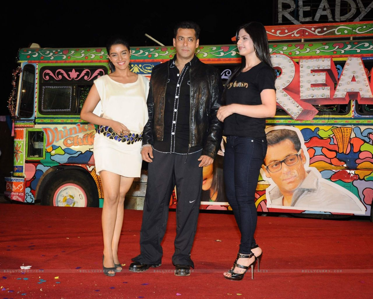 http://3.bp.blogspot.com/-W0Yy9_IleKs/ThPp_2mw0II/AAAAAAAAAYE/5YaznZYVz3k/s1600/131848-salman-khan-with-asin-and-zarine-at-ready-music-launch-at-film.jpg