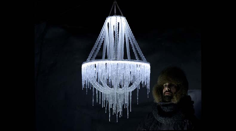 Diseñador emplea recursos naturales para crear efímeros candelabros de hielo