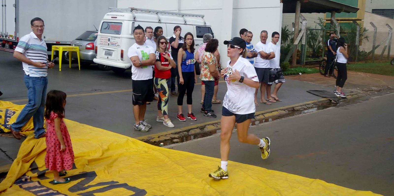 Foto 144 da 1ª Corrida Av. dos Coqueiros em Barretos-SP 14/04/2013 – Atletas cruzando a linha de chegada