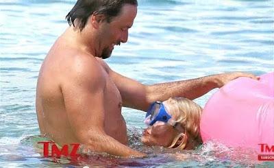 Pamela Anderson faz sexo oral debaixo de água